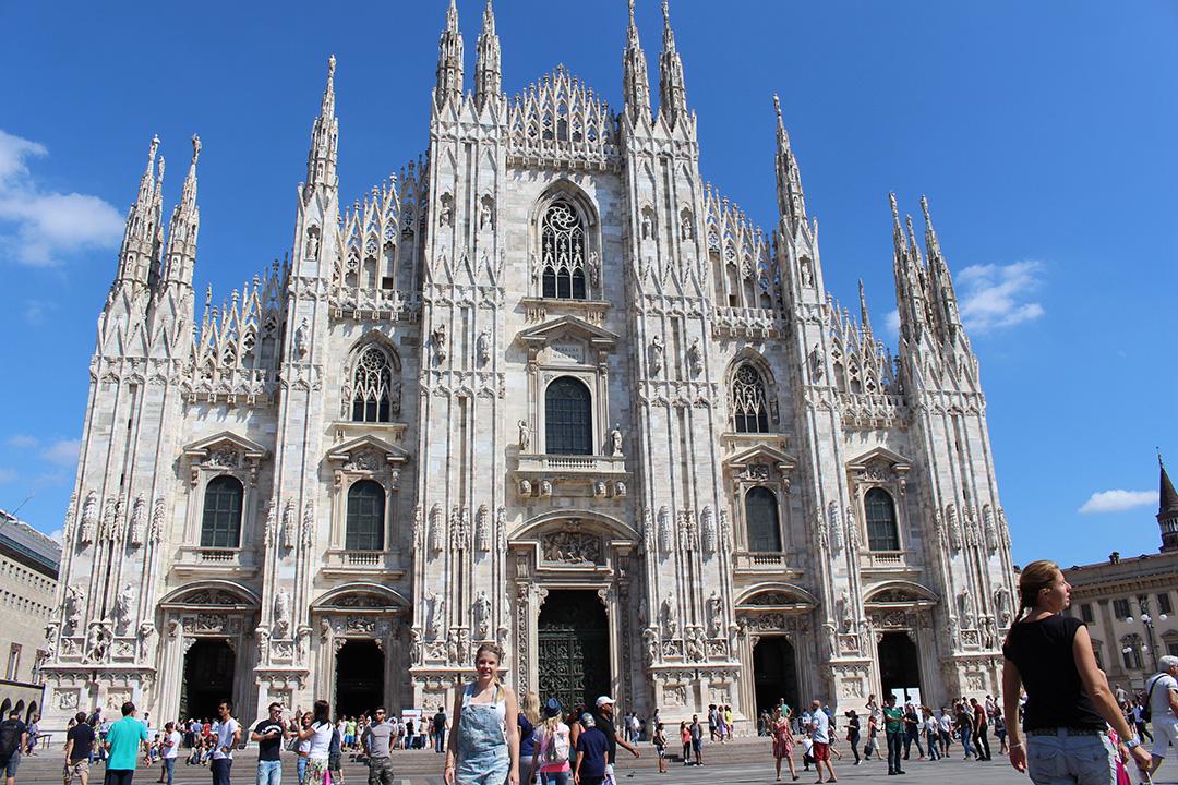 Vor dem weißen Dom in Mailand