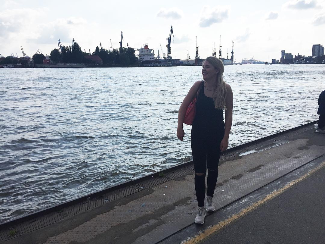 Lachenend stehen am Ufer des Meeres