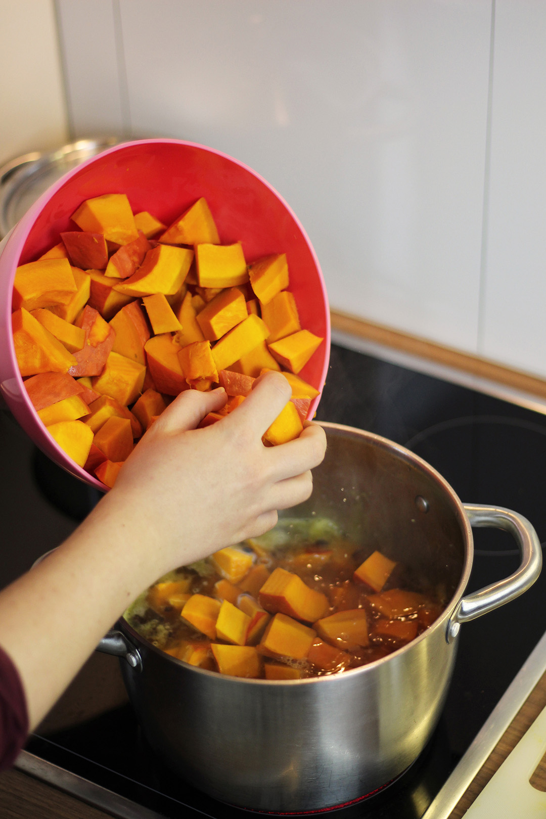 Die Kürbisstücke kommen in den Kochtopf zum weich kochen.