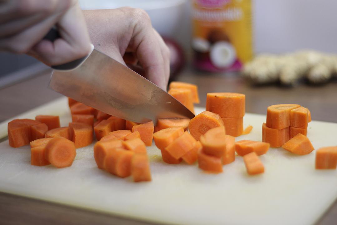 Karotten schneiden für die Kürbissuppe