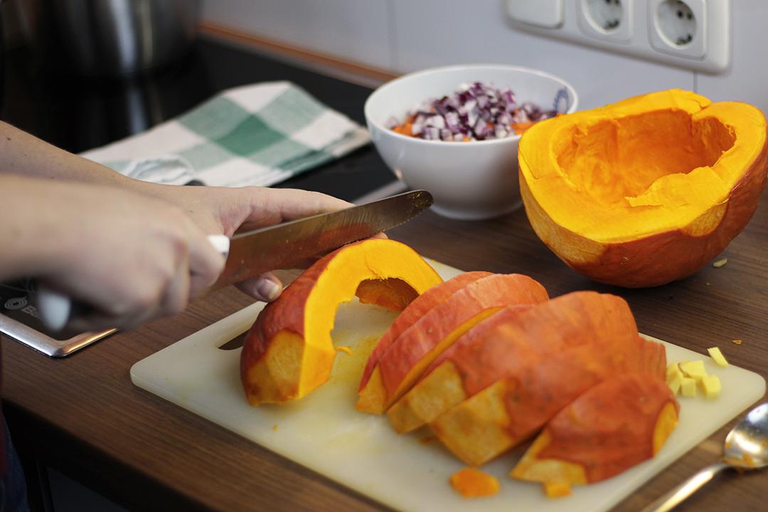 Der Kürbis für die Kürbissuppe wird geschnitten.