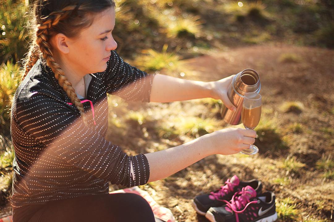 Picknick am Ingerringsee, einschenken vom Kaffee