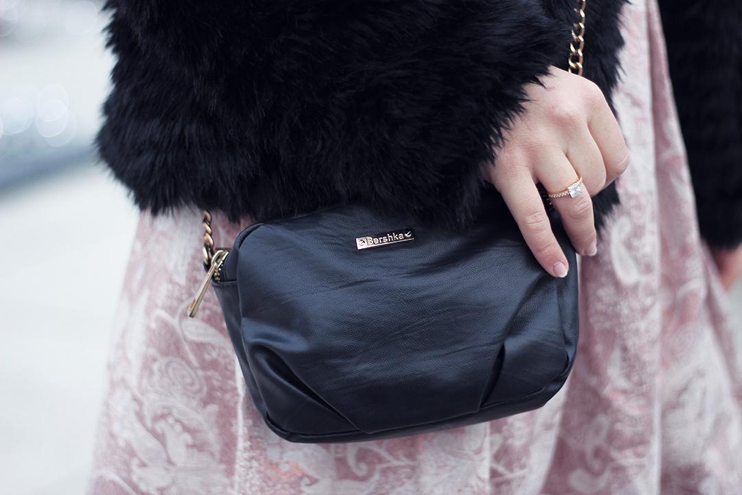 Rosa Faltenrock Closeup von der Tasche und dem Ring