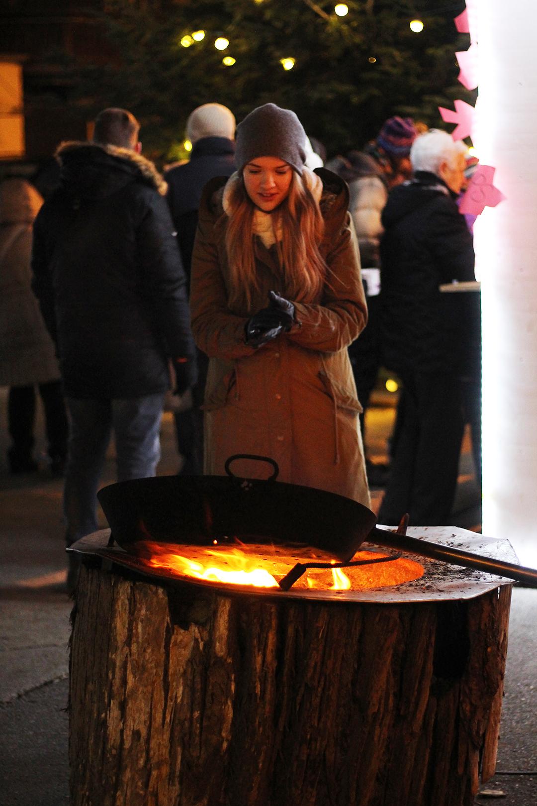 Am Christkindlmarkt in Innsbruck am Feuer