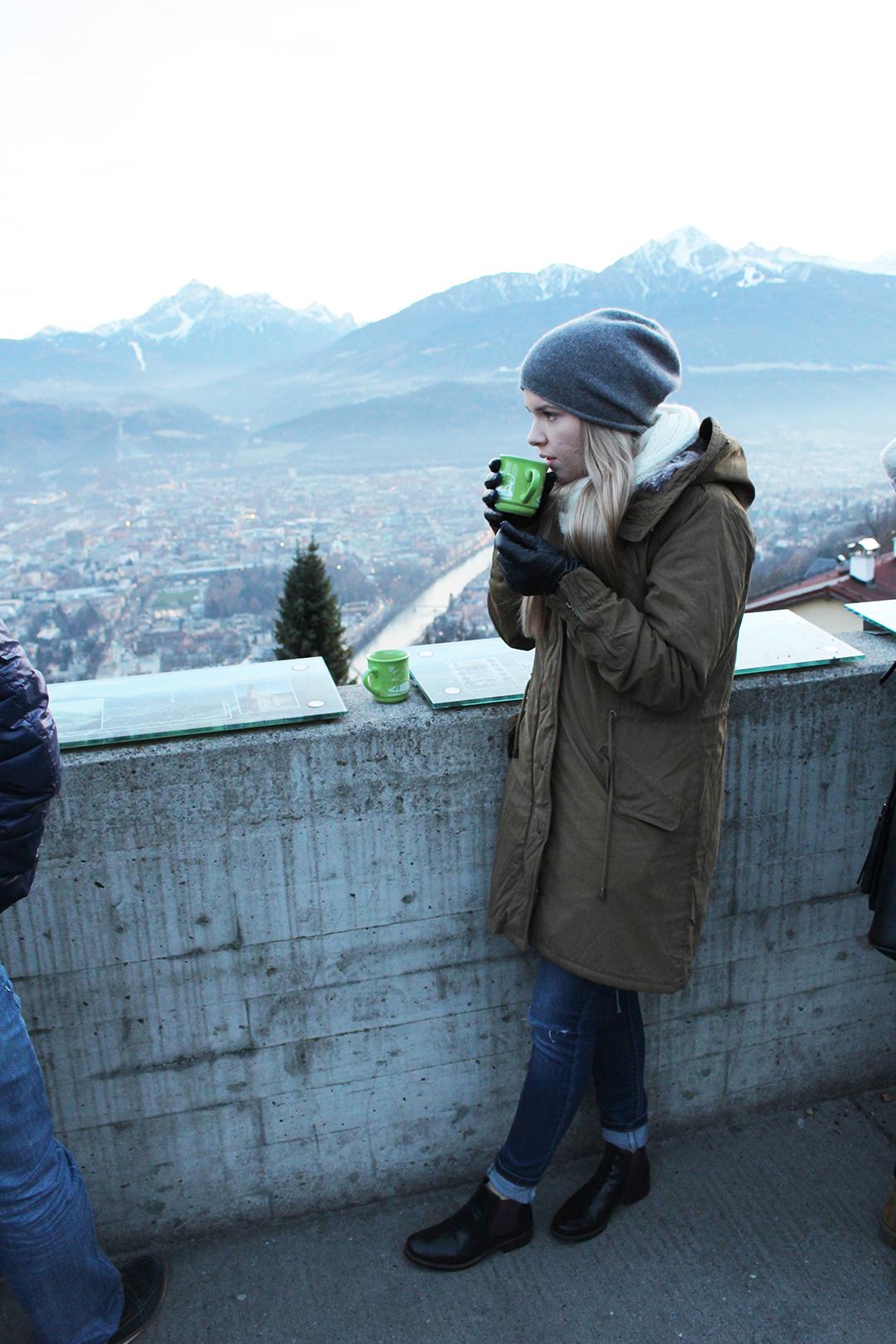 Am Christkindlmarkt in Innsbruck Ausblick auf die Stadt