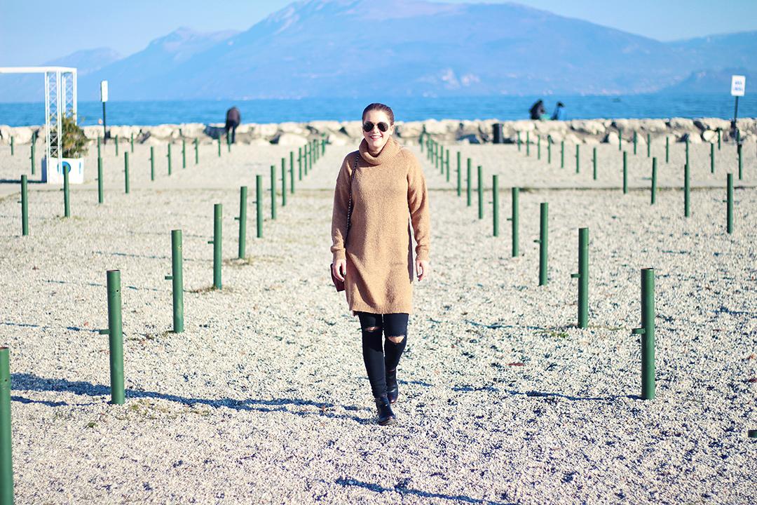Am Gardasee mit schwarzer Hose und braunem Pullover