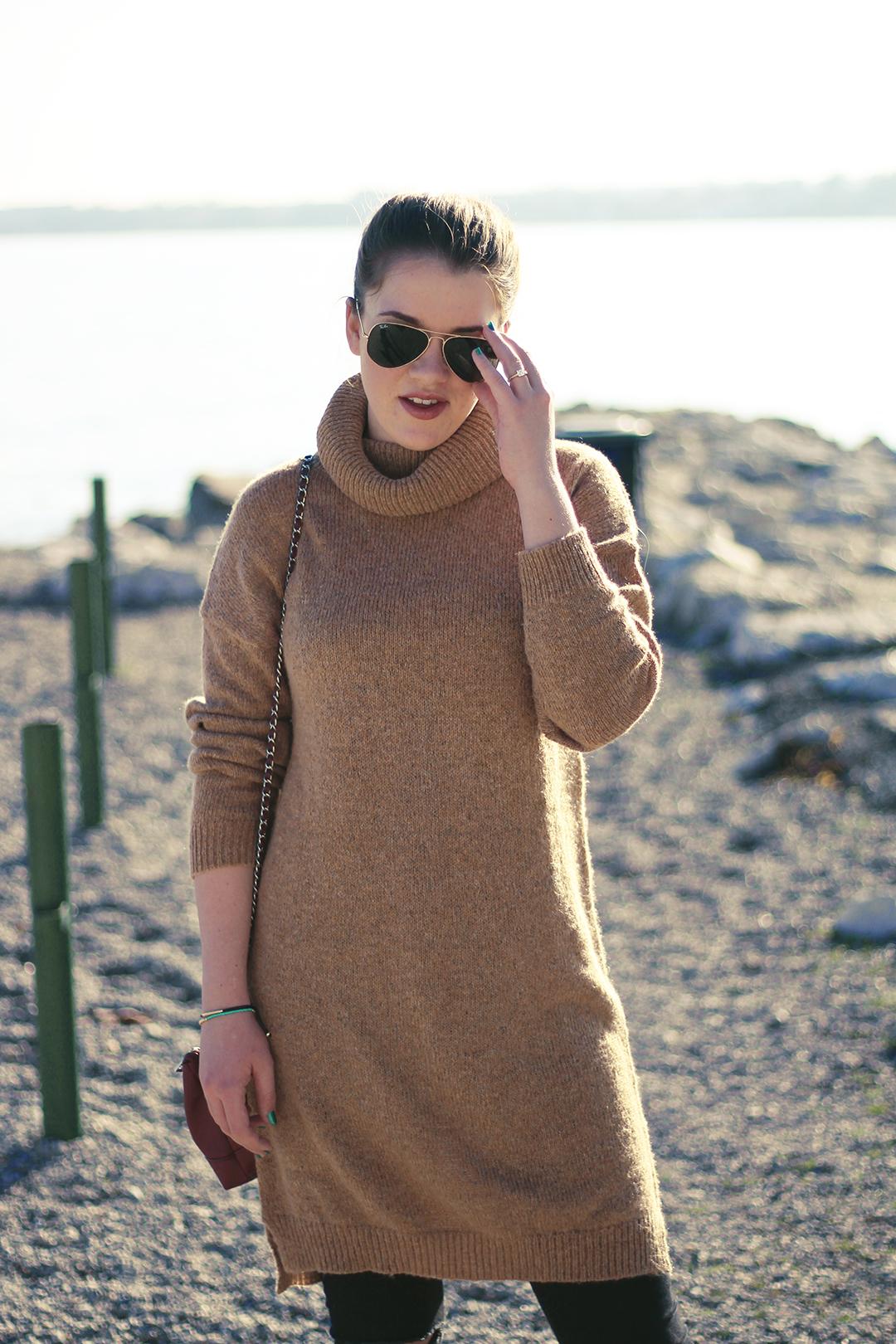 Am Gardasee mit schwarzer Hose und braunem Pullover mit Rayban Brille