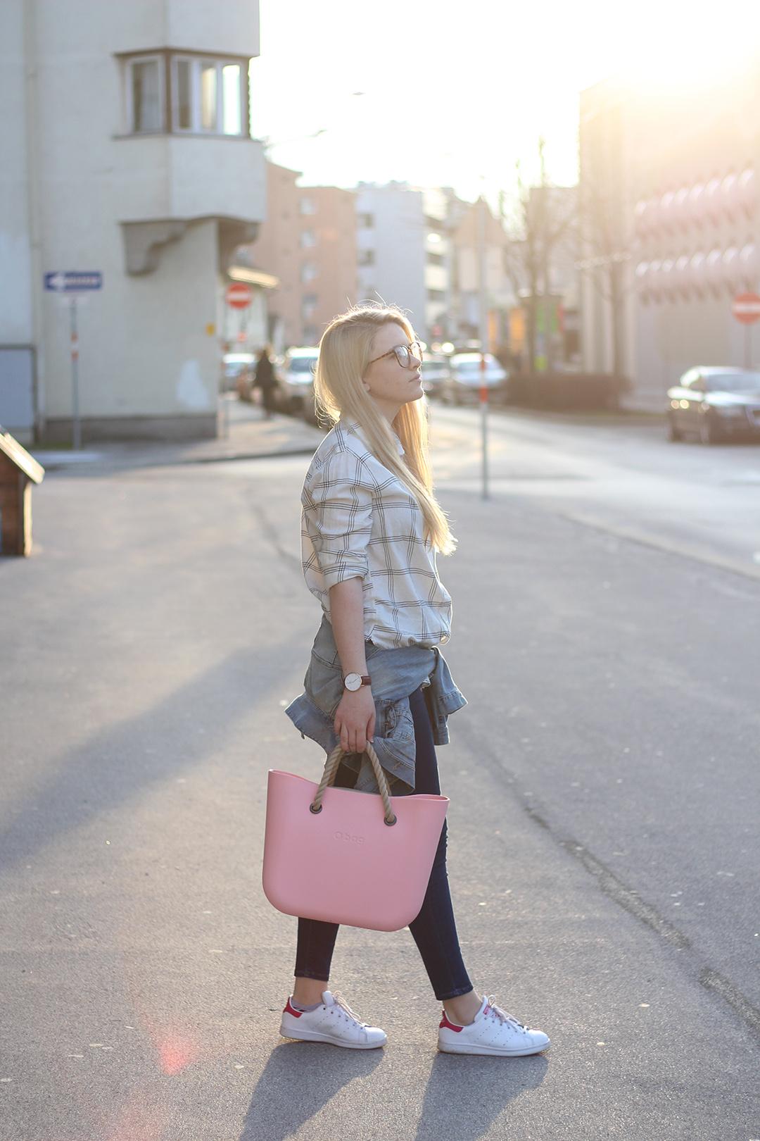 Frühlingsoutfit in Blue Jeans, Karo Hemd und OBag Tasche