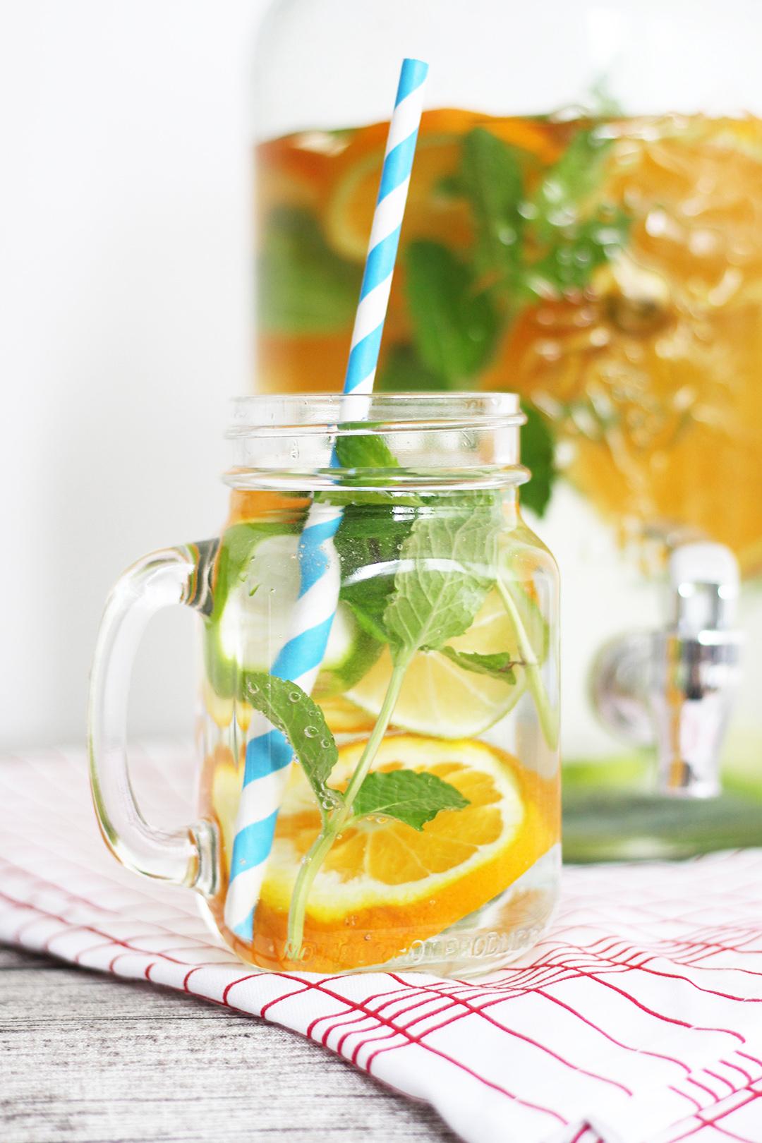 Wasser mit Orangen und Minze versetzt