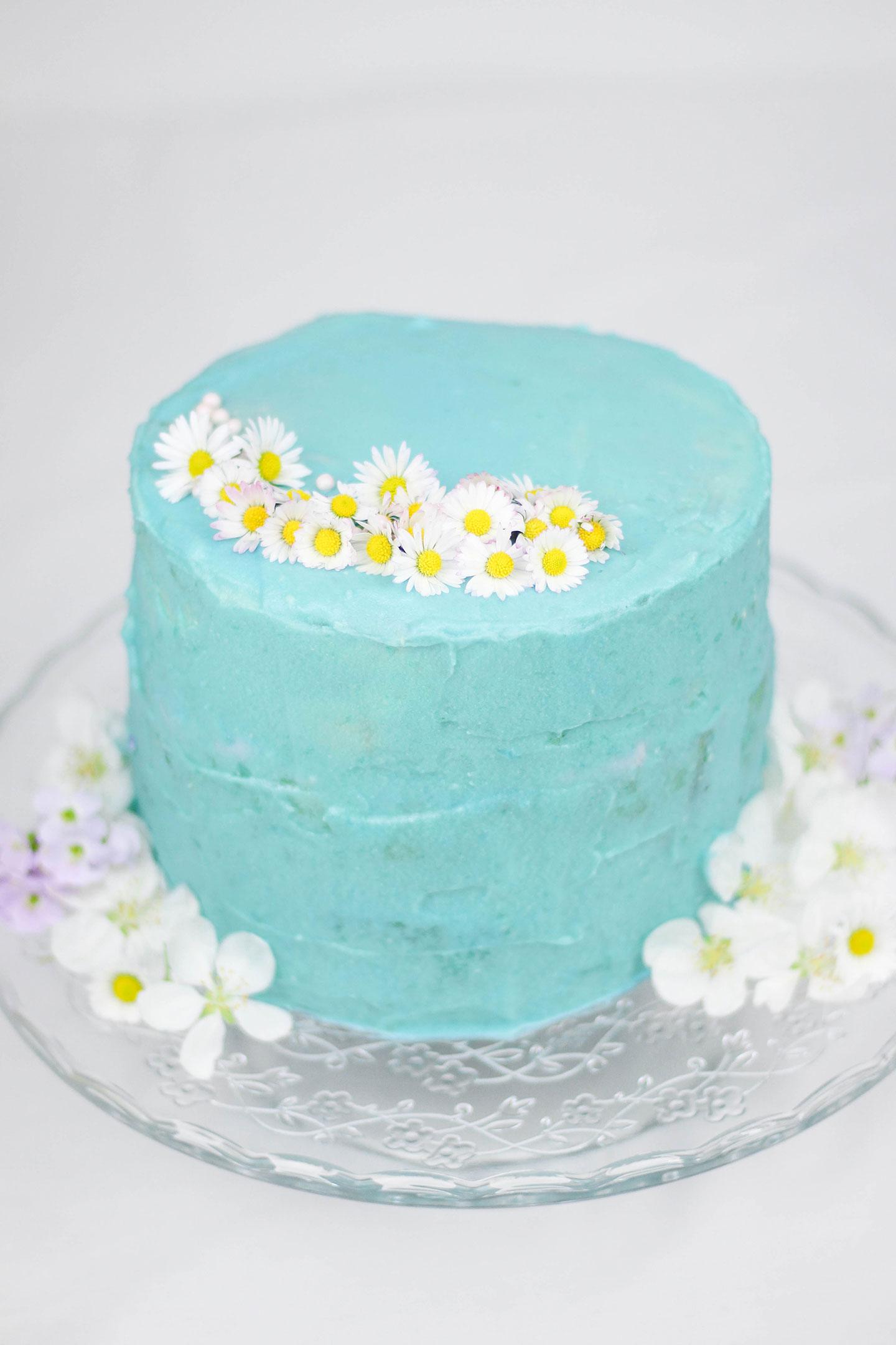 Torte mit Gänseblümchen