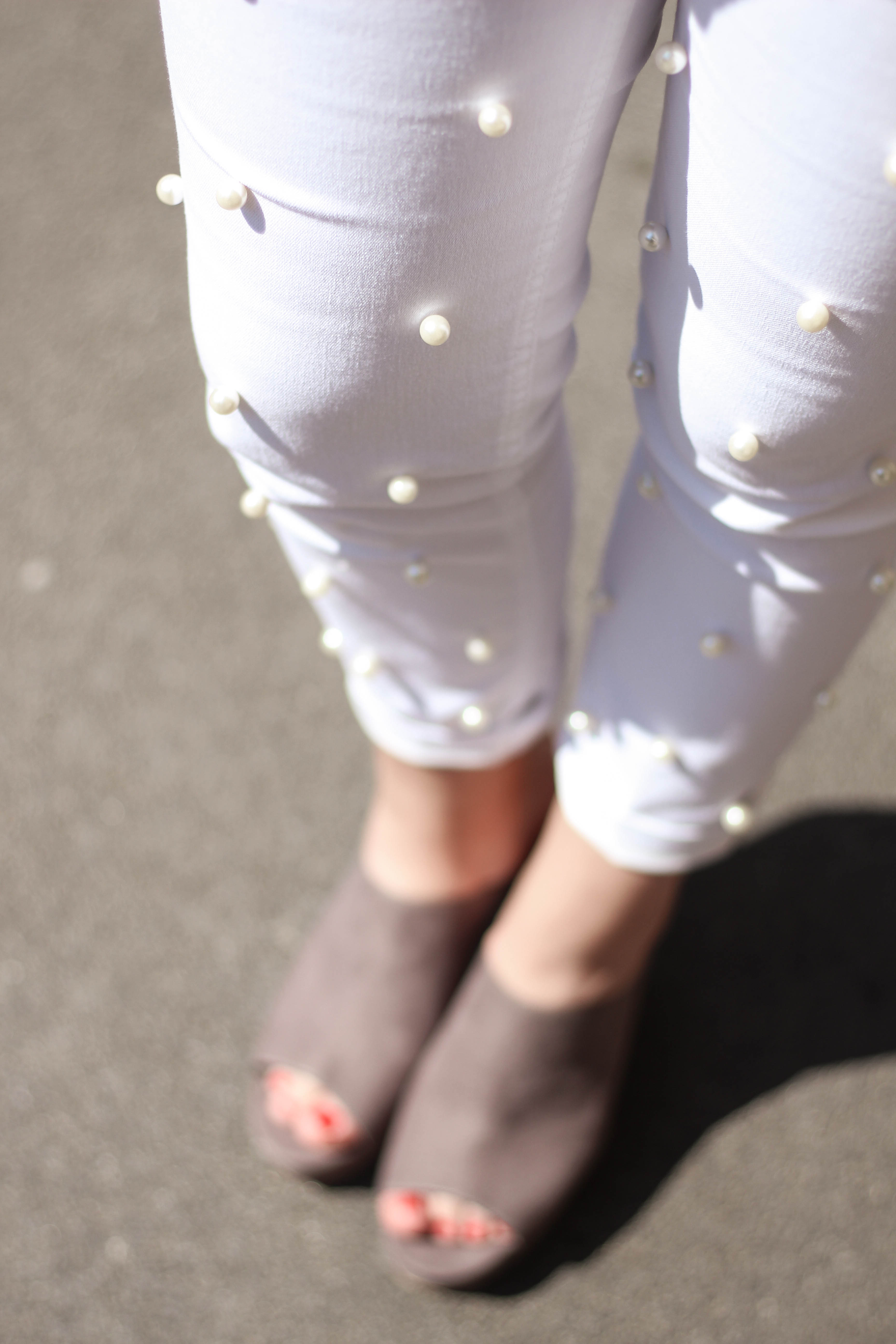weiße Hose mit Perlen