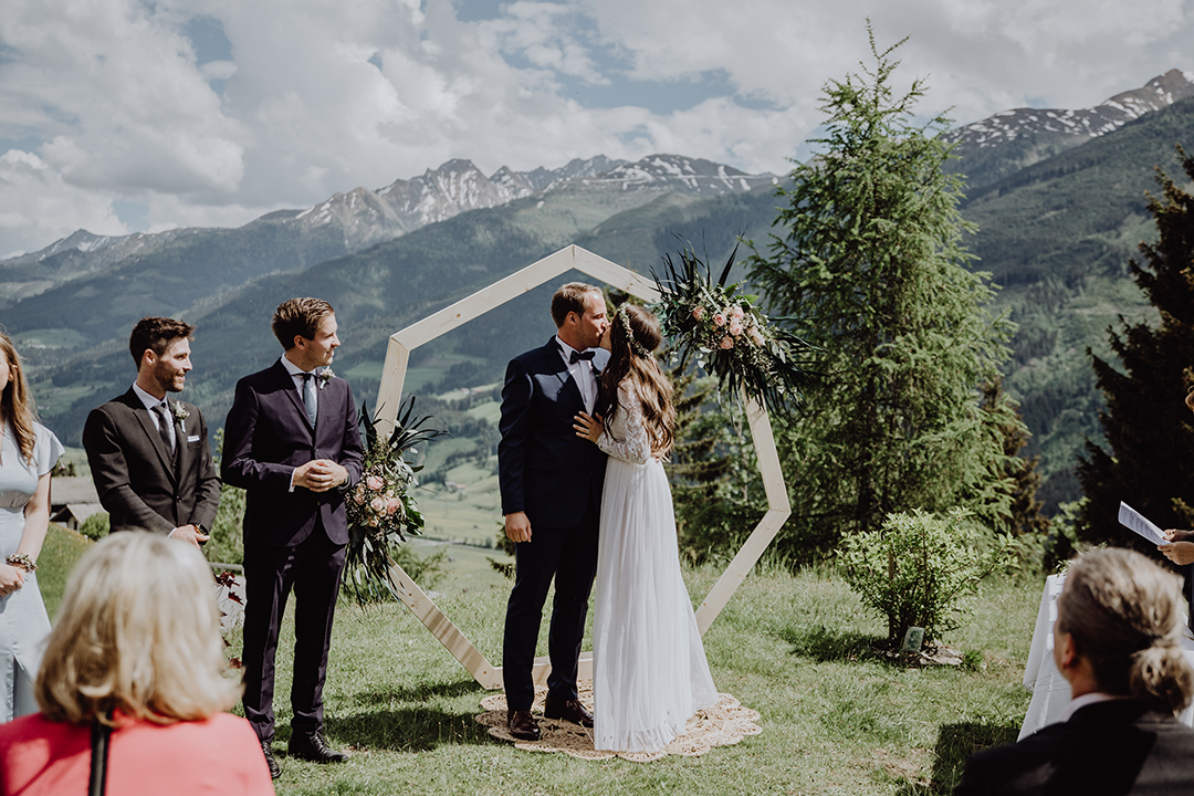 erster Kuss als Brautpaar